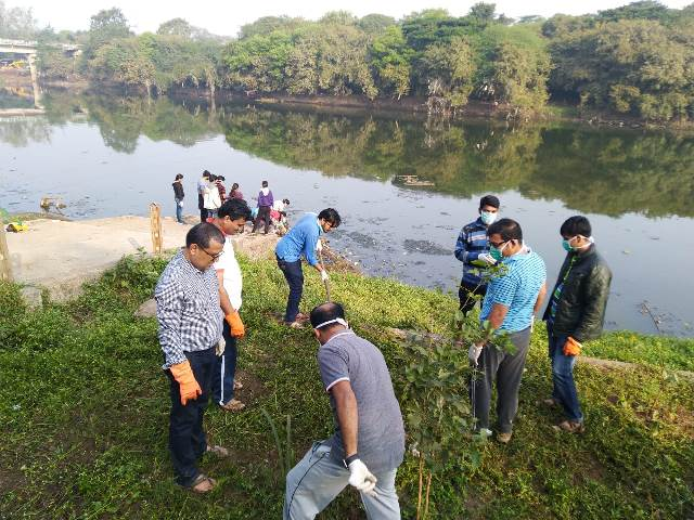 Cleaning the banks of the river Mutha (Image Source: Jeevitnadi)