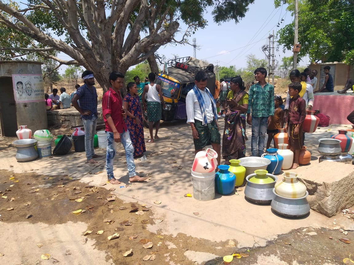 Citizens waiting for water tankers to arrive at a community water collection point in Chikkaballapur district, Karnataka on 22 April 2020 (Image: INREM Foundation)