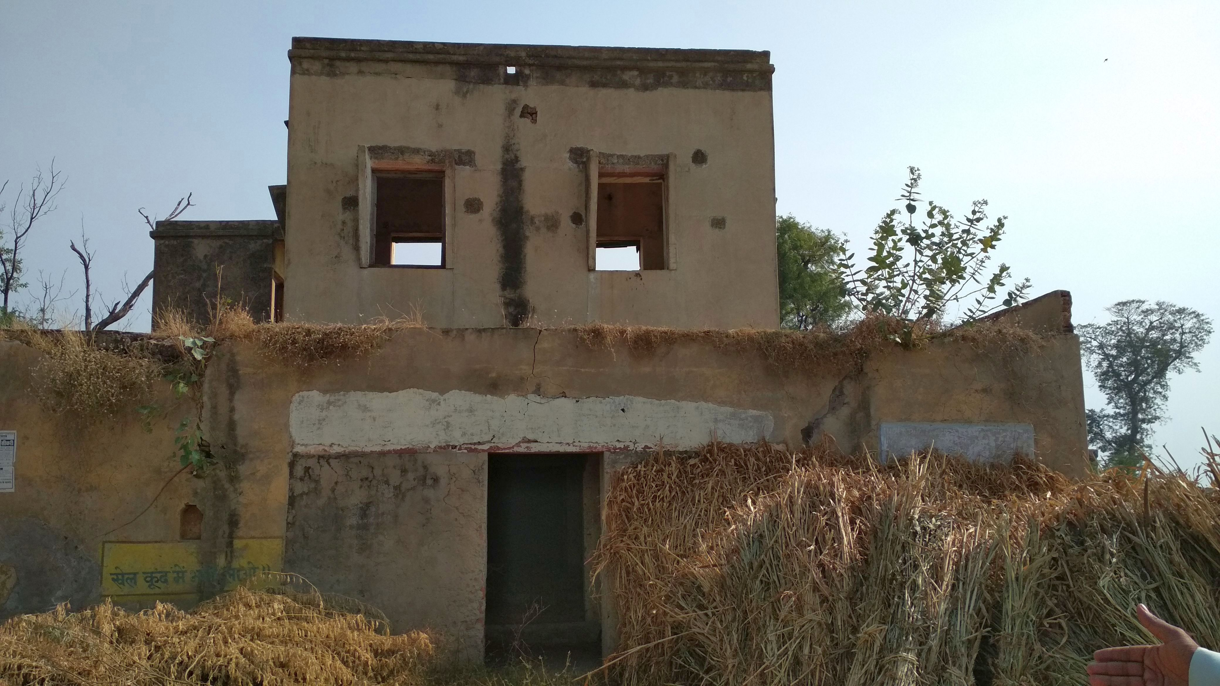 The system was elaborate and had dak bungalows or rest houses used by irrigation department officials during their travels. One decrepit dak bungalow stands in the Sikri village, its crumbling walls covered in weeds and grass. (Image: India Water Portal)