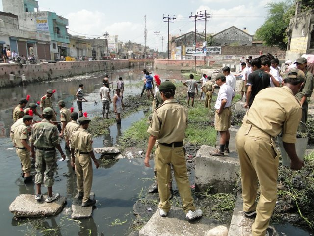 The district administration, NCC cadets as well as residents pitch in during a river clean-up in 2012. (Image: Sushant Singhal)
