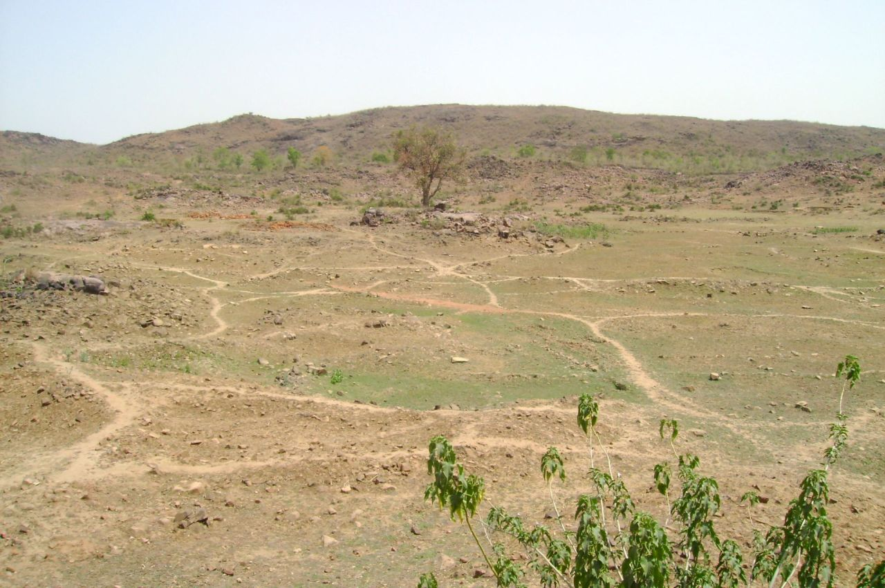 A dried-up tank in a village in Bundelkhand. (Image: Romit Sen)