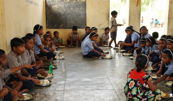 Children eating their mid-day meal at a worksite school in Andhra Pradesh (Image: ILO Asia Pacific, Flickr Commons, CC BY-NC-ND 2.0)