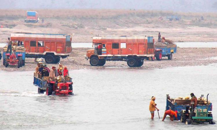 The state government plans to ban quarrying in the Ganga. (Picture courtesy: Hindustan Times)